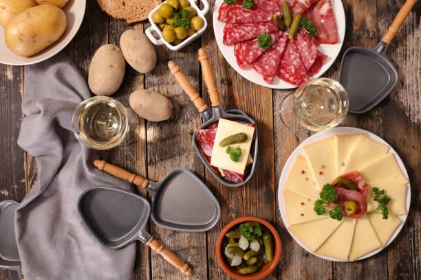 charcuterie et fromage à raclette - raclette photos et images de collection