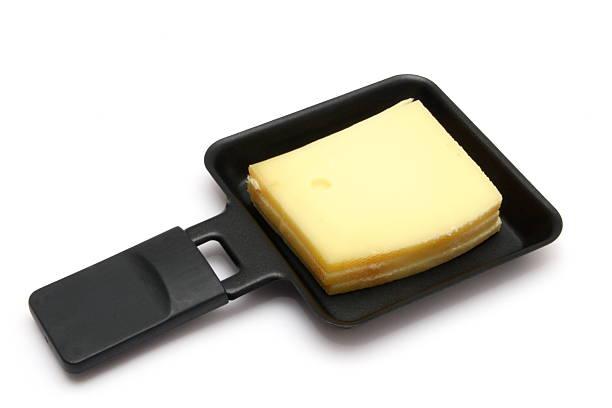 raclette de fromage dans pan - raclette photos et images de collection