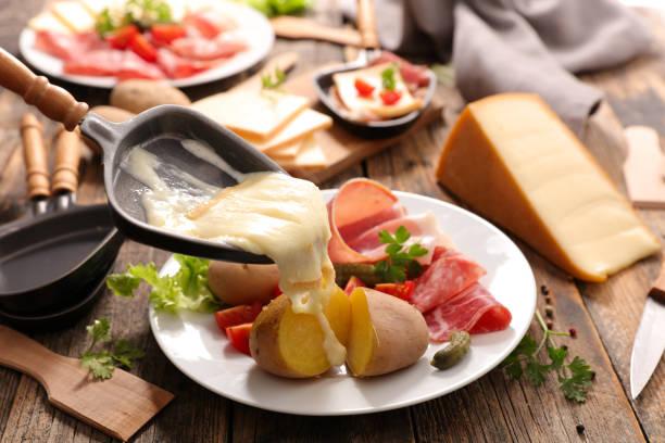 fromage à raclette fondu - raclette photos et images de collection