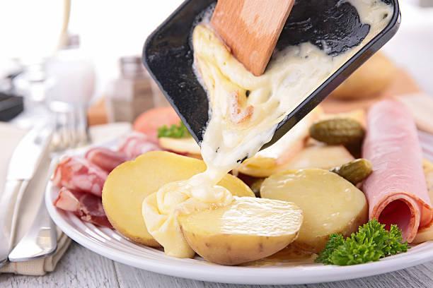 raclette de fromage - raclette photos et images de collection