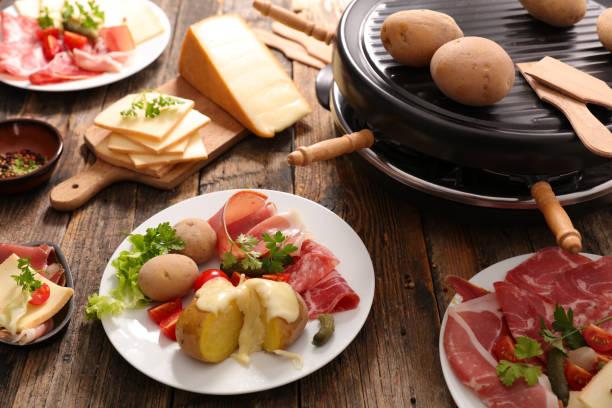 fromage à raclette avec pommes de terre - raclette photos et images de collection