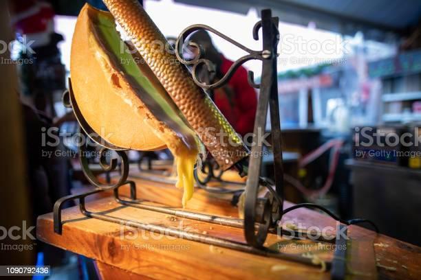 Raclette Für Verkauf Stand Auf Weihnachtsmarkt In Paris Stockfoto und mehr Bilder von Abnehmen