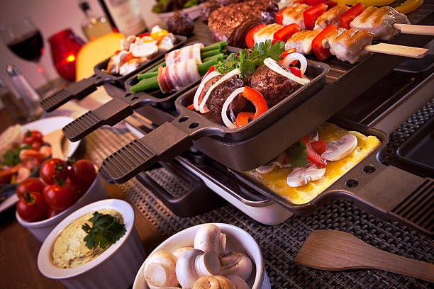 raclette table de gril ou au dutch alternative'gourmetten' - raclette photos et images de collection