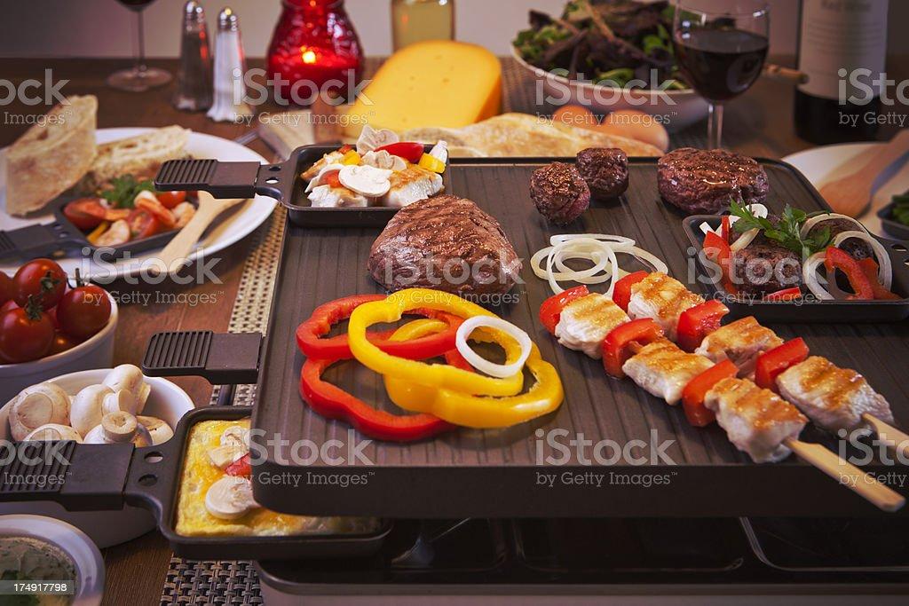Raclette Tisch grill, oder für die holländische Variante'gourmetten' - Lizenzfrei Bildkomposition und Technik Stock-Foto