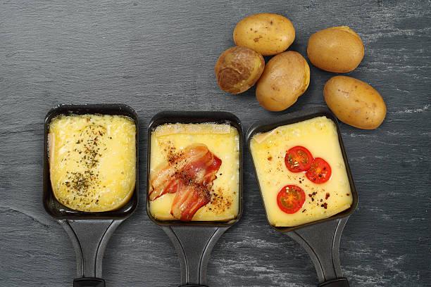raclette plateaux et de pommes de terre - raclette photos et images de collection