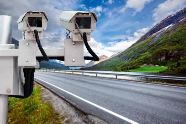 radar-drehzahlregler unterwegs - geschwindigkeitskontrolle stock-fotos und bilder