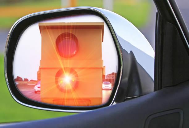 blitzer in den seitlichen spiegel - geschwindigkeitskontrolle stock-fotos und bilder