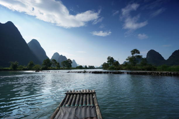 Radeau en bambou sur la rivière Yulong en Chine stock photo