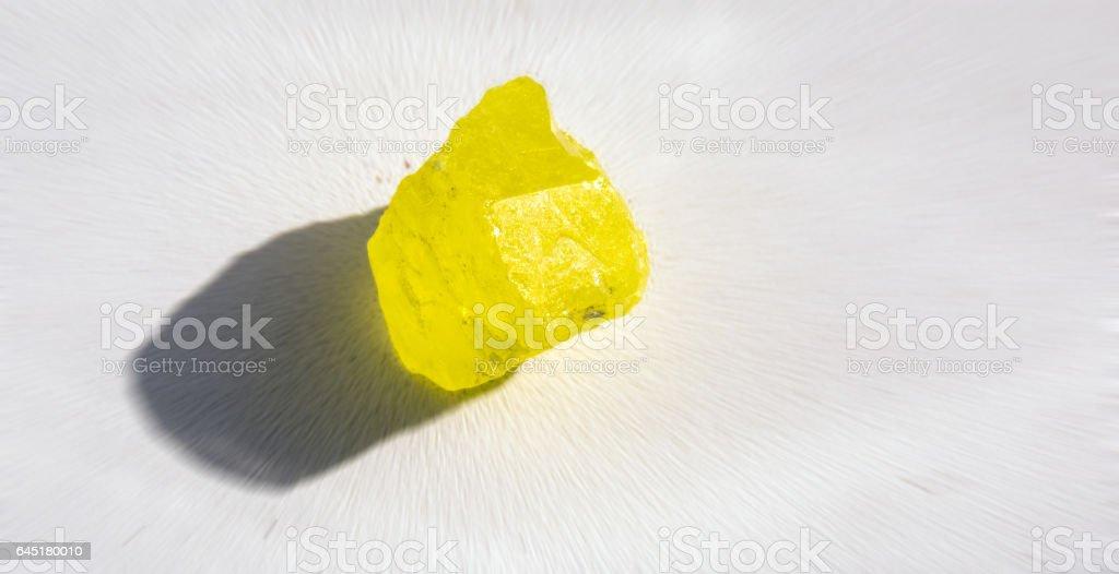 Radial borrosa vista de fondo del mineral de azufre bajo la luz del sol - foto de stock