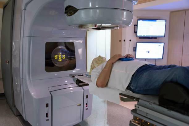 bestrahlung therapie - strahlung stock-fotos und bilder