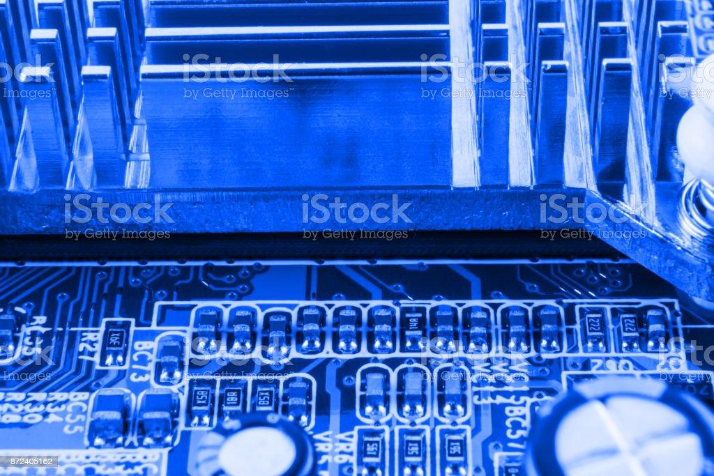 Kylaren på chip av northbridge av datormoderkort nära makro bildbanksfoto