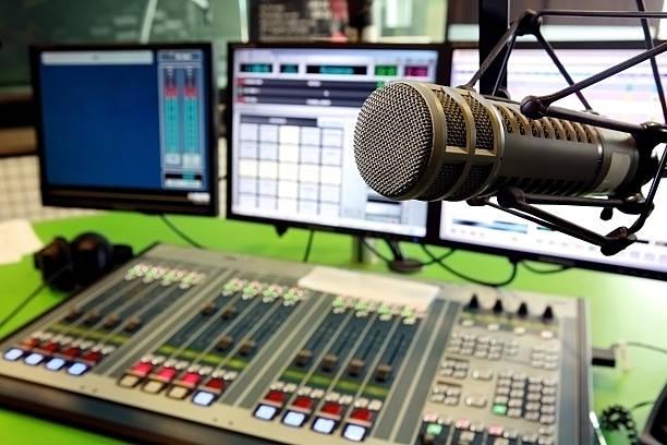 radio d'un ordinateur et d'un système de climatisation microphone avec table de mixage - poste de radio photos et images de collection
