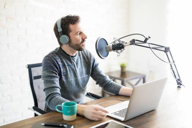 radio deejay op het werk - podcast stockfoto's en -beelden