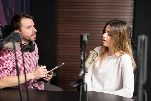 radio podcast interview - talk in a radio foto e immagini stock