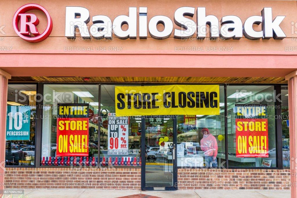 Fachada de entrada de loja Radio Shack com sinal de venda de fechamento foto royalty-free