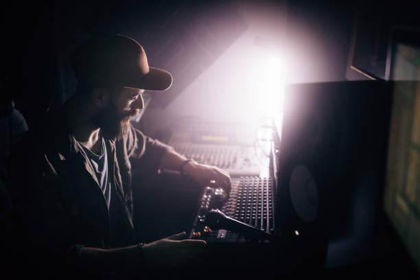 radiosender arbeiten an sound-mixer und rundfunk musik dj - postproduktion stock-fotos und bilder
