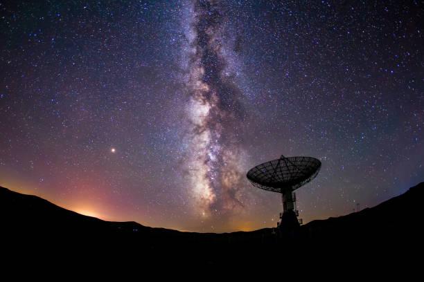 電波望遠鏡と天の川 - 観測所 ストックフォトと画像