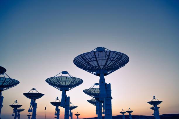 radio telescopes - radar foto e immagini stock