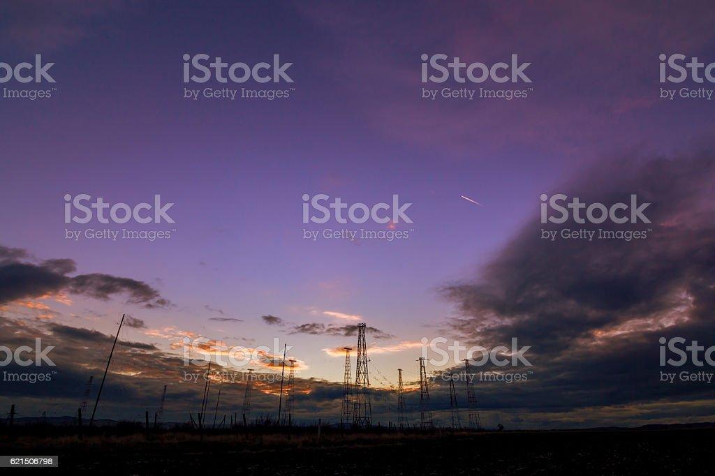 Radio Turm mit Himmel Hintergrund im Sommer Lizenzfreies stock-foto