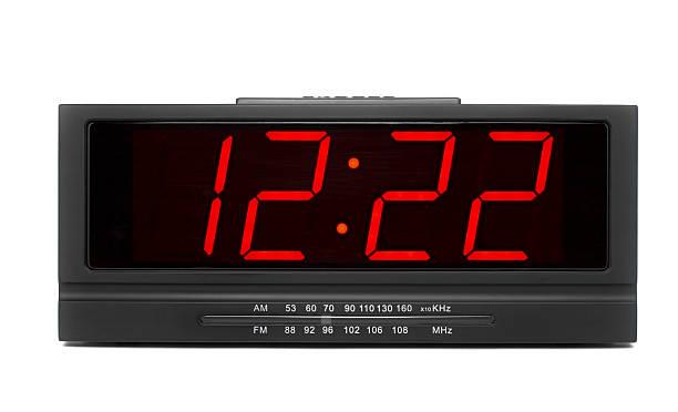 radio mit großen digitaluhr, isoliert auf weißem hintergrund - led uhr stock-fotos und bilder