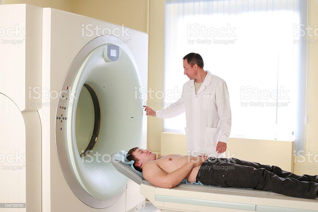 Radiologe und patient bereit zu tun, CAT-scan – Foto