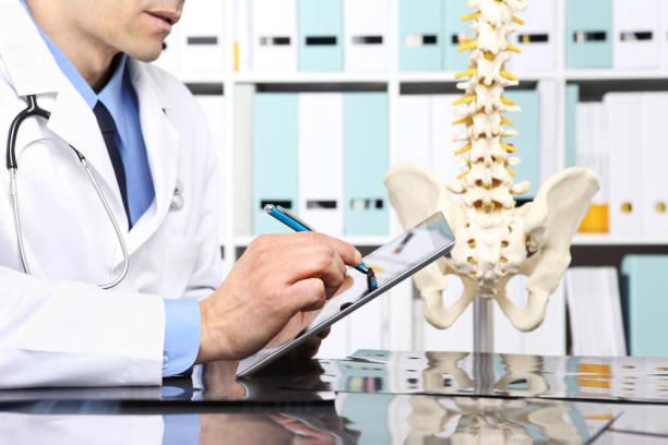 Médico radiólogo con tableta digital control rayos, asistencia sanitaria, médica y radiología concepto - foto de stock