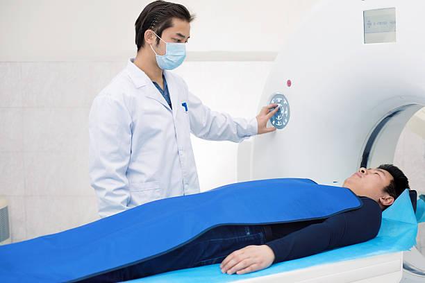 Radiologe und Patienten im Magnetresonanztomographie – Foto