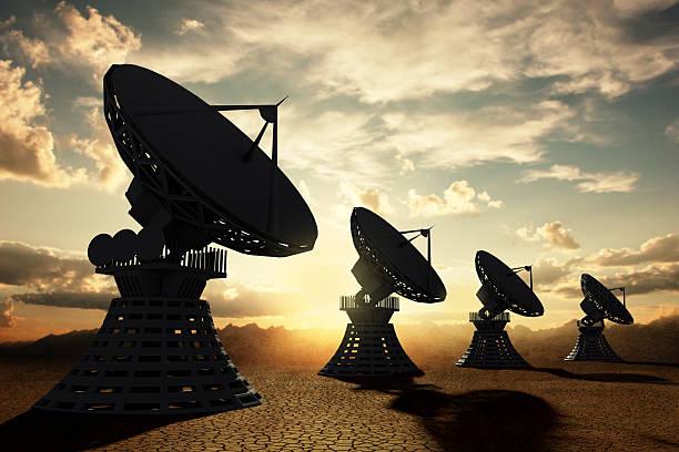 Radiotelescopes silouette bei Sonnenuntergang – Foto