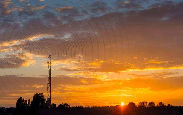 radiowave visualisation at sunset - ripetitore per telefoni cellulari foto e immagini stock