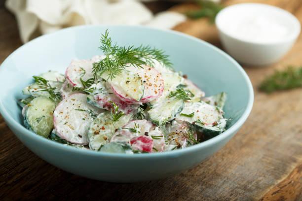 rettich und gurkensalat - radieschen salat stock-fotos und bilder