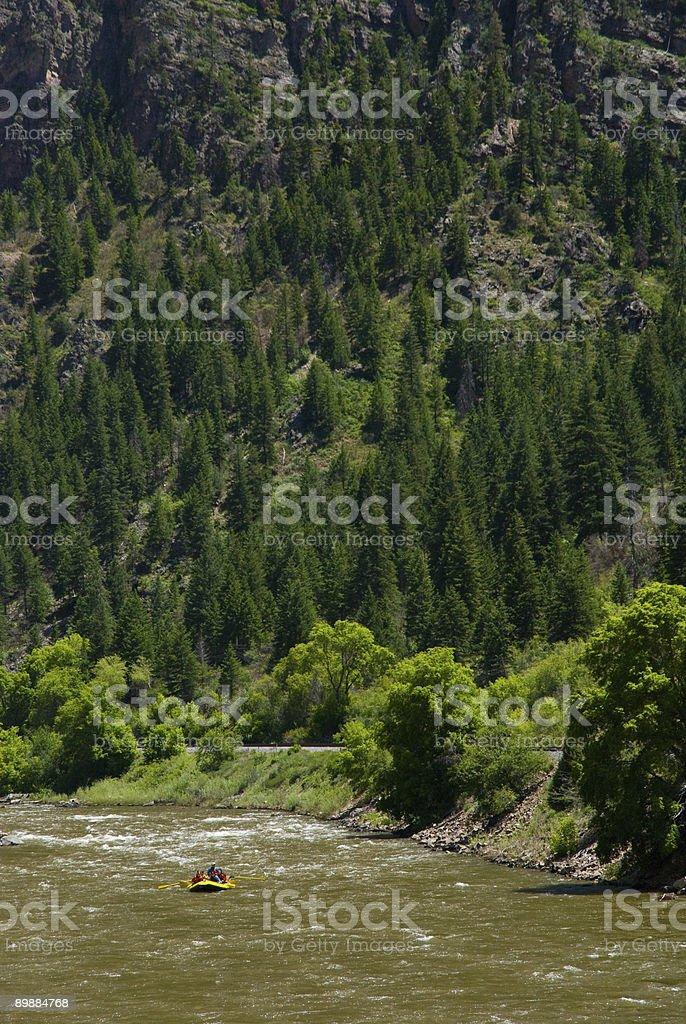Rafting el pintoresco río Colorado en Glenwood Canyon foto de stock libre de derechos