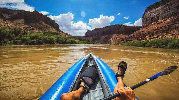 pov rafting met kajak in de rivier de colorado, moab - moab utah stockfoto's en -beelden