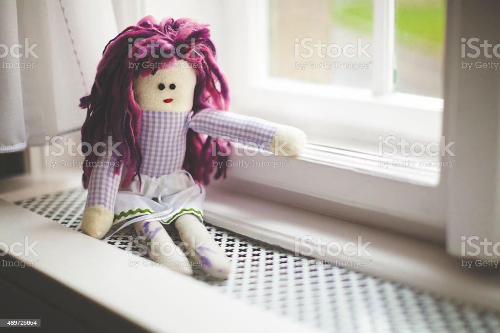 Boneca de Pano na janela - foto de acervo