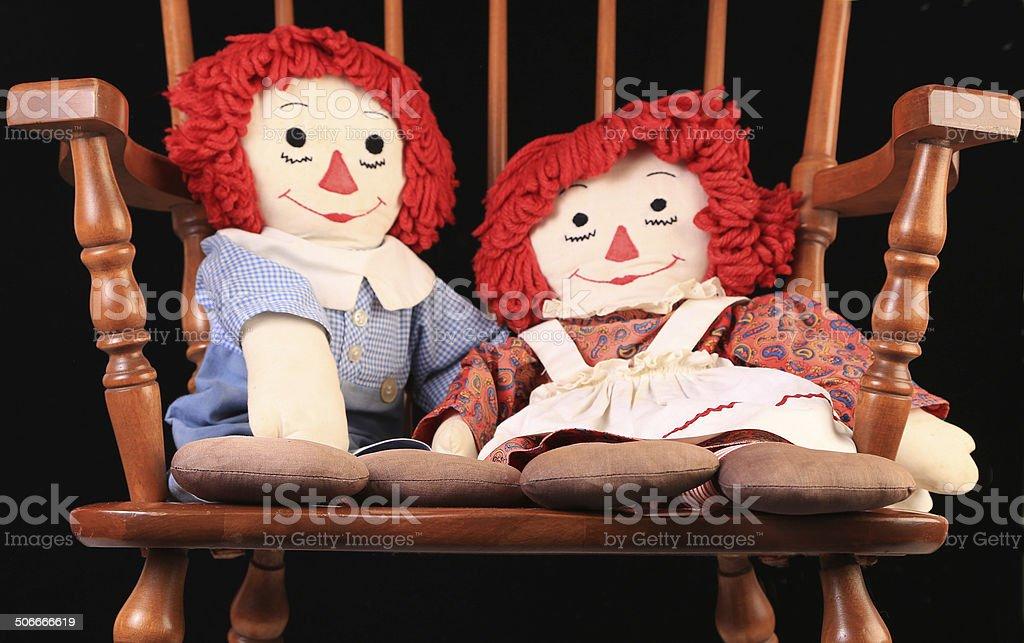 Bonecas pano em cadeira de balanço - foto de acervo