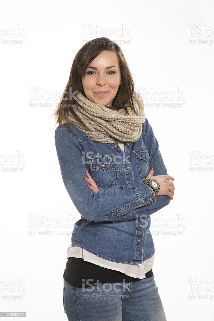 ragazza sorridente con braccia incrociate su fondo bianco royalty-free stock photo
