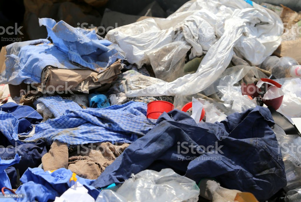 Fotografía de Trapos Y Telas Residuos En El Vertedero y más banco de ...