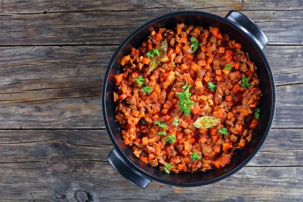 ragout mit hackfleisch, gemüse und tomaten - gemüseauflauf mit hackfleisch stock-fotos und bilder