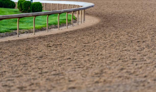 말 트랙의 곡선에 레일 - horse racing 뉴스 사진 이미지