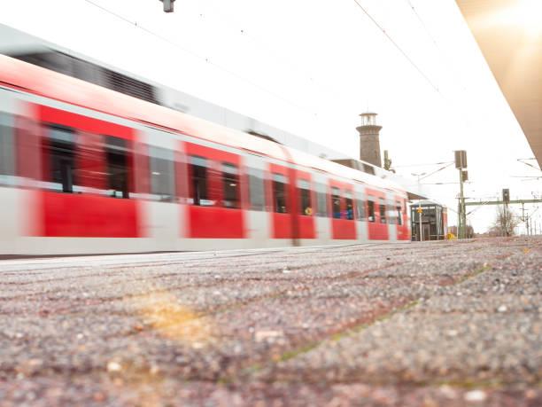 Bahn-Plattform mit roten s-Bahn in Bewegungsunschärfe – Foto