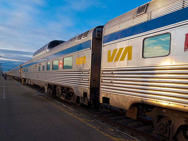 A través del tren está en la plataforma en Edmonton, Alberta - foto de stock