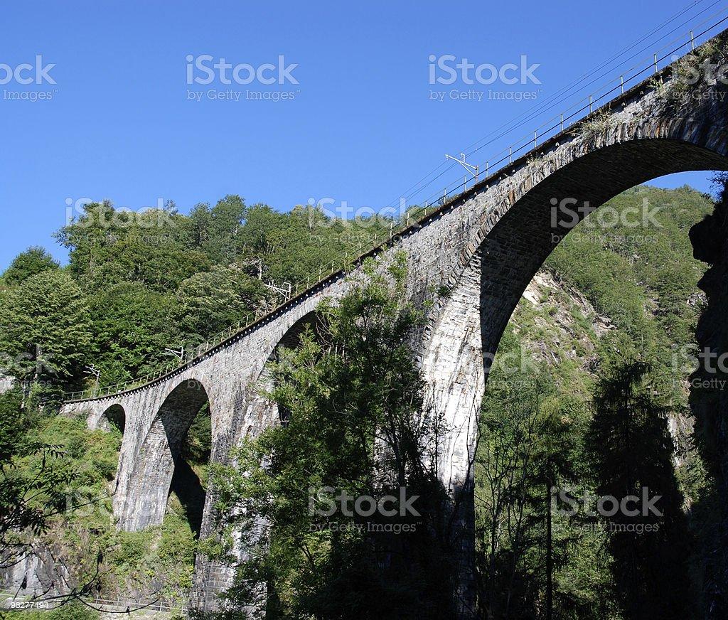 Ponte railraod in Alpi svizzere foto stock royalty-free