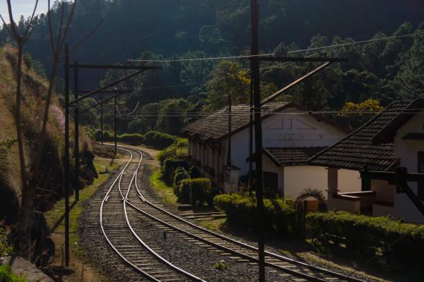 Eisenbahn und alte station – Foto