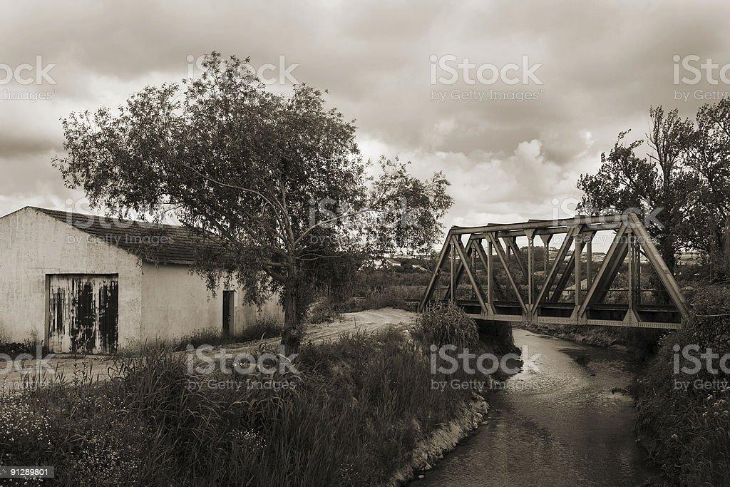 Ponte ferroviária e Casa - fotografia de stock