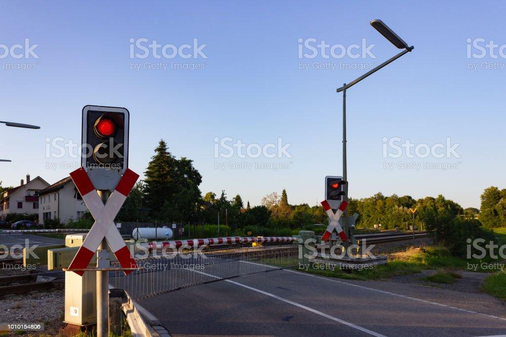 Rood Licht Lamp : Spoorweg kruising met rood licht stockfoto en meer beelden van
