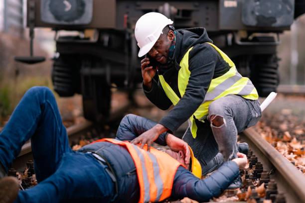 철도 엔지니어 직장에서 사고로 부상 - 응급 처치 뉴스 사진 이미지