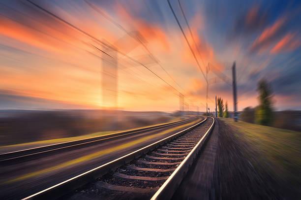 railroad in motion at sunset. blurred railway station - 火車軌 個照片及圖片檔