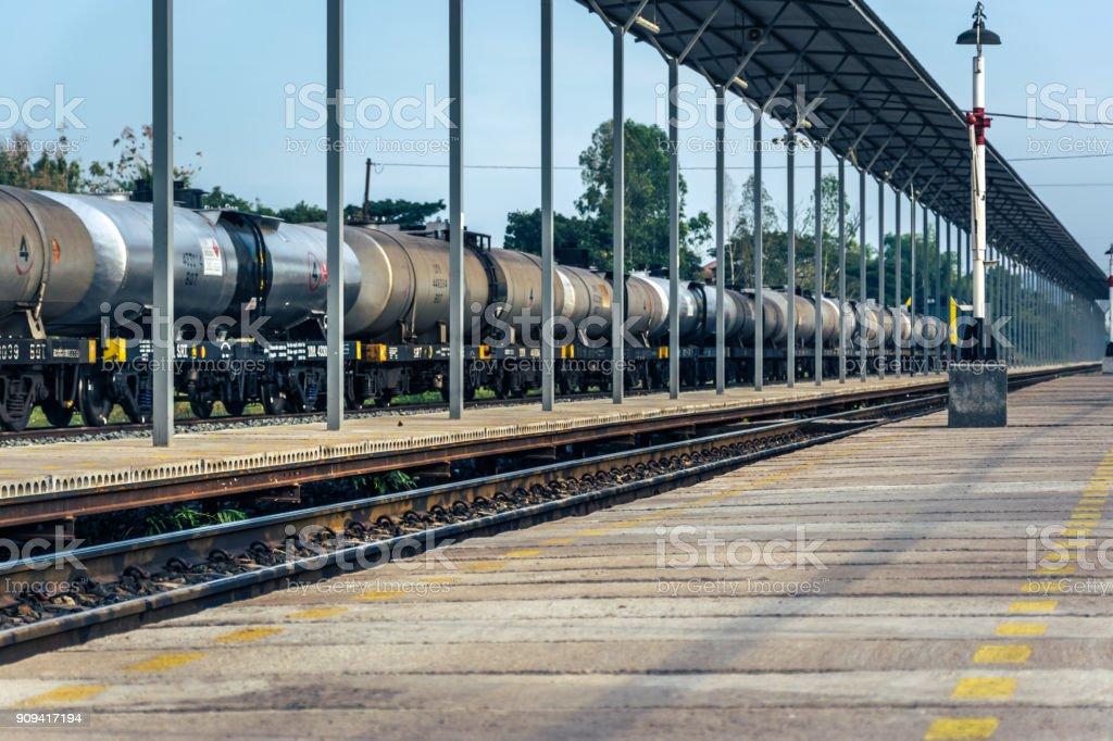 transporte del ferrocarril coches del tanque de aceite en la estación de tren público - foto de stock
