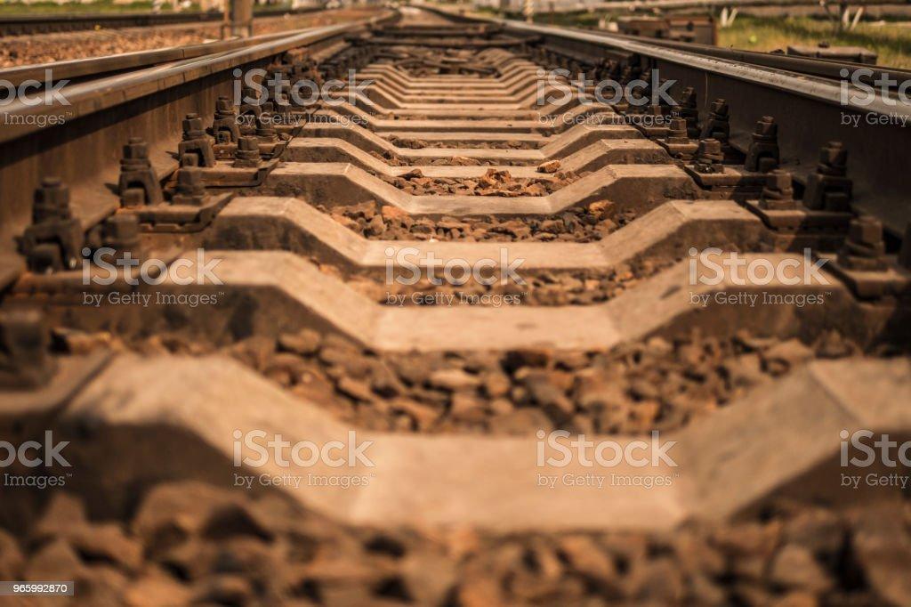 Rails. en järnväg som går in avståndet - Royaltyfri Blå Bildbanksbilder