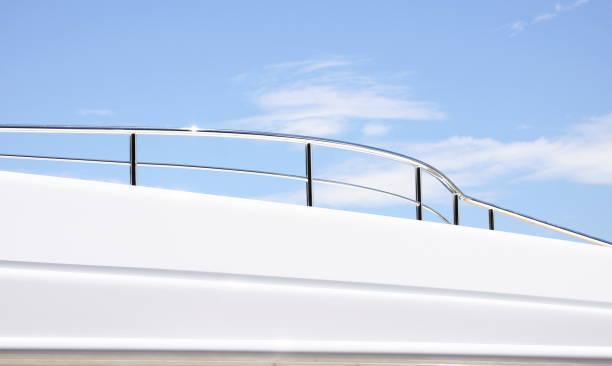 schienen auf fliege deck - terrassen deck design stock-fotos und bilder