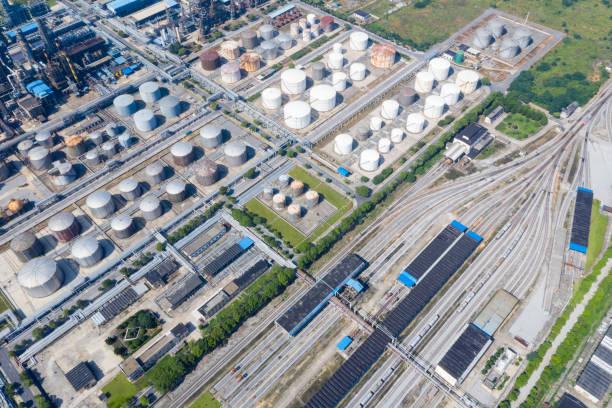 Eisenbahn-Rangierbahnhof und petrochemische Anlage – Foto